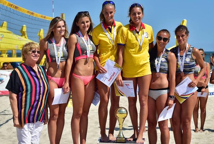 podium-fete-campioane-volei-de-plaja